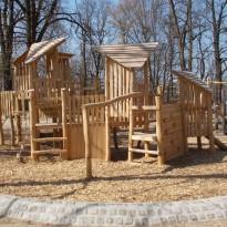 Spielplatz mit Kletteranlage und Rutsche - Spielplatzhersteller Naturholz Kästner