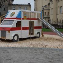 Spielauto: Krankenwagen, Spielsplatz - Spielplatzhersteller Naturholz Kästner