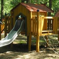 Spielplatz, Spielhaus mit Rutsche und Kletternetz - Spielplatzhersteller Naturholz Kästner