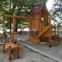 Sandspielplatz, Spielhaus mit Sandrutsche- Spielplatzhersteller Naturholz Kästner