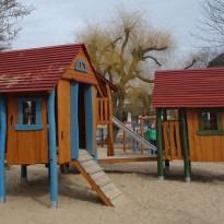 Spielplatz, Spielhaus aus Holz - Spielplatzhersteller Naturholz Kästner