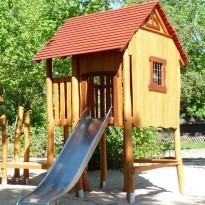 Spielplatz, Spielhaus mit Rutsche - Spielplatzhersteller Naturholz Kästner