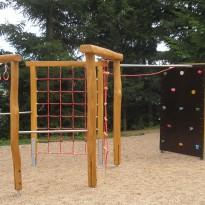 Kletterparcour - Spielanlage zum Klettern mit Kletterwand und Netz - Spielplatzhersteller Naturholz Kästner