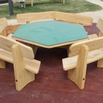 Sitzgruppe mit Tisch aus Holz - Spielplatzhersteller Naturholz Kästner