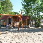 Kinderspielplatz mit Schaukel und Spielhäusern - Spielplatzhersteller Naturholz Kästner